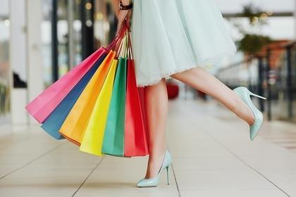 カラフルな紙袋を持つ女性