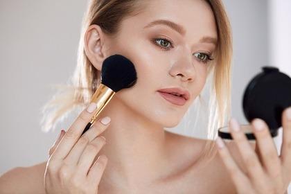 化粧室で化粧直しする女性