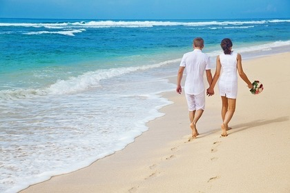 海岸を歩く男女