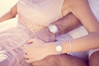腕時計をする男女
