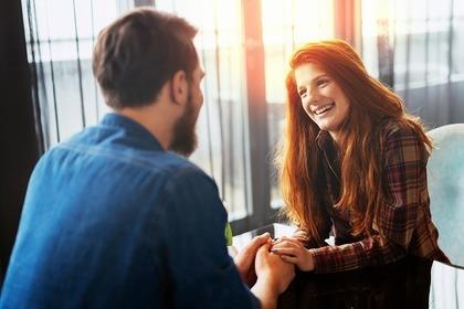 笑顔で話す男女