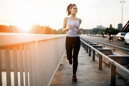 橋の上を走る女性