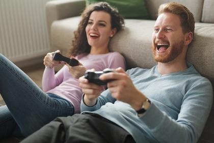 ゲームを楽しむ男女