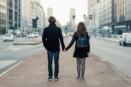 手をつなぐ男性と女性