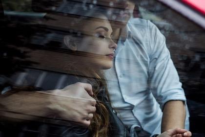 車の中にいる男女