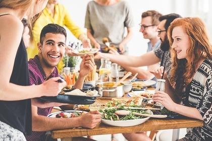 食事を楽しむ人たち