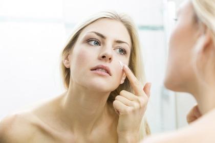 化粧下地を塗っている女性