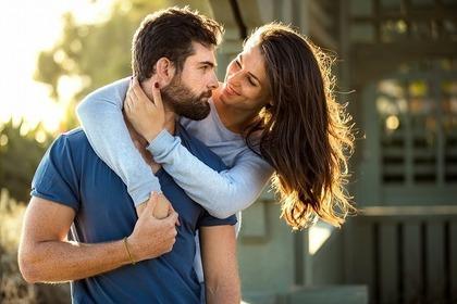 男性に抱き着く女性