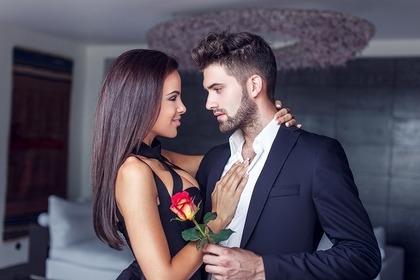 薔薇を貰う女性