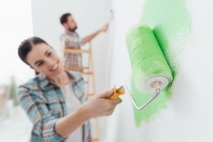 ペンキ塗りする女性
