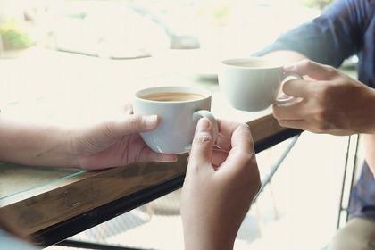 コーヒーカップを持つ二人