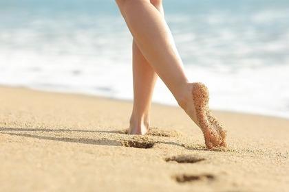 裸足で砂浜を歩く
