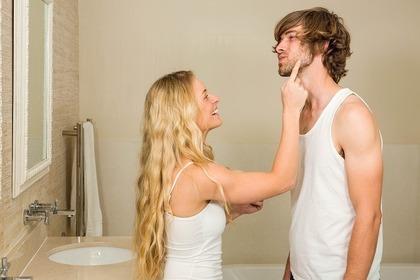 男性の頬を指差す女性