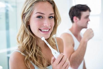 歯ブラシをする女性