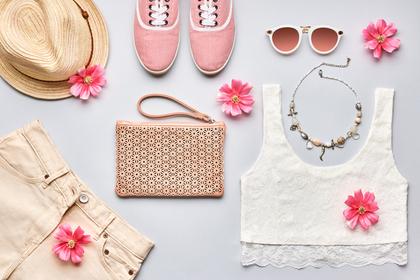洋服とピンクの花
