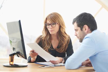 パソコン画面を見つめる2人