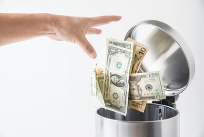 金を捨てる手