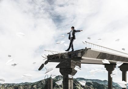 橋から落ちそうな男性