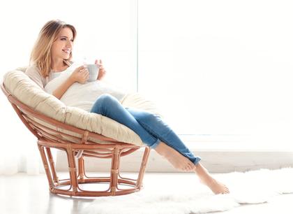 座ってコーヒーを飲む女性