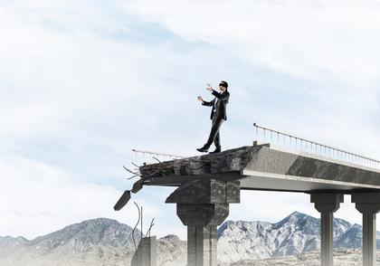 橋の上から落ちそうな男性