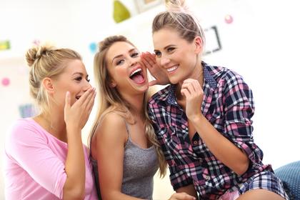 笑顔の女性3人