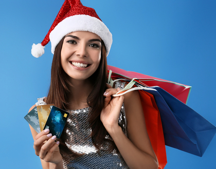 サンタクロースの帽子をかぶった女性