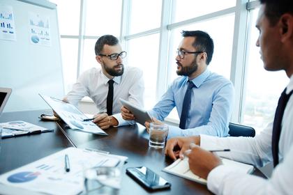 会議をする男性たち