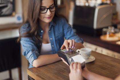 喫茶店に座る女性