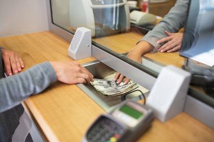 銀行で働く人