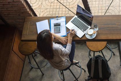 カフェで仕事をする女性