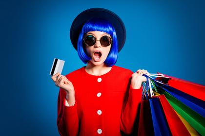 大量に買い物をする女性