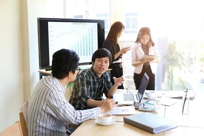 会議室で話をする人たち
