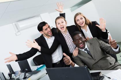 オフィスで両手を広げて騒ぐ男女