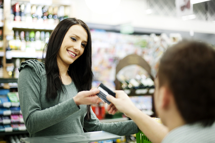 カードで買い物をする女性