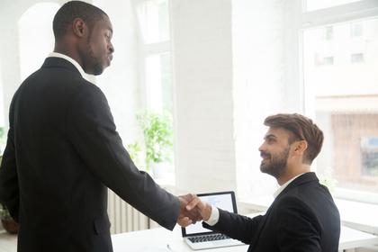 握手する男性