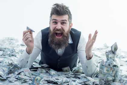 お金に囲まれた男性
