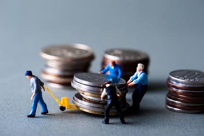 お金を運ぶ人たち