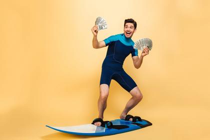 サーフボードに乗る男性