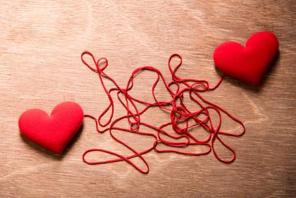 赤い糸でつながったハート