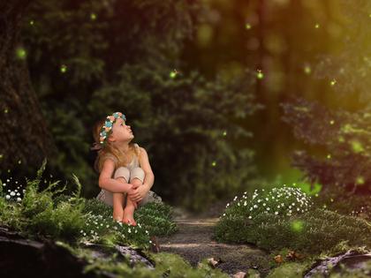 森で座る女の子