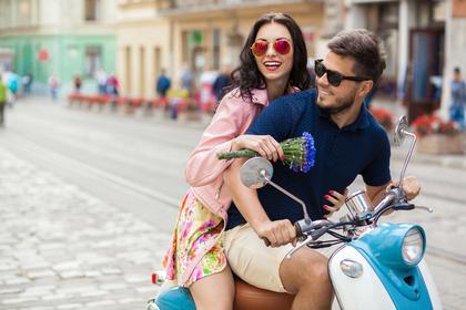 バイクを二人乗りする男女