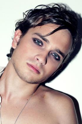 青い目の男性
