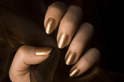 ゴールドカラーが似合う手