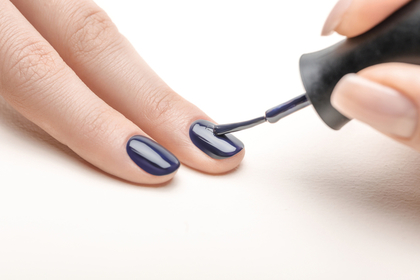 ネイルをしている最中の指