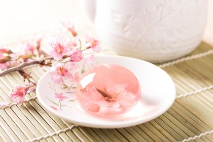 桜の花とくず餅