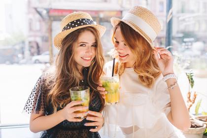 ジュースを持つ2人の女性