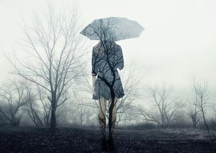 傘をさして歩く透明な女性