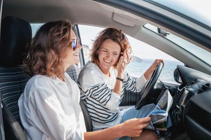 車に乗る女性二人
