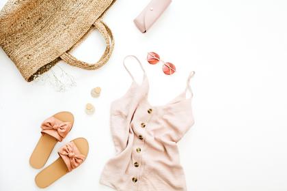 リゾート系のファッションと小物