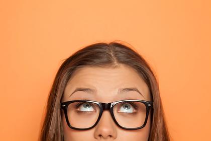 眉毛が薄い女性